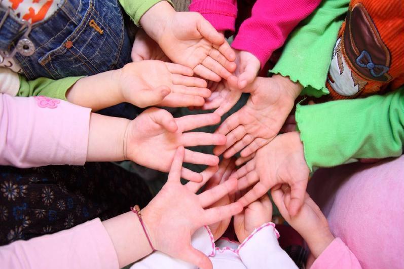 Дети из малообеспеченных семей начали получать гарантированные соцпакеты