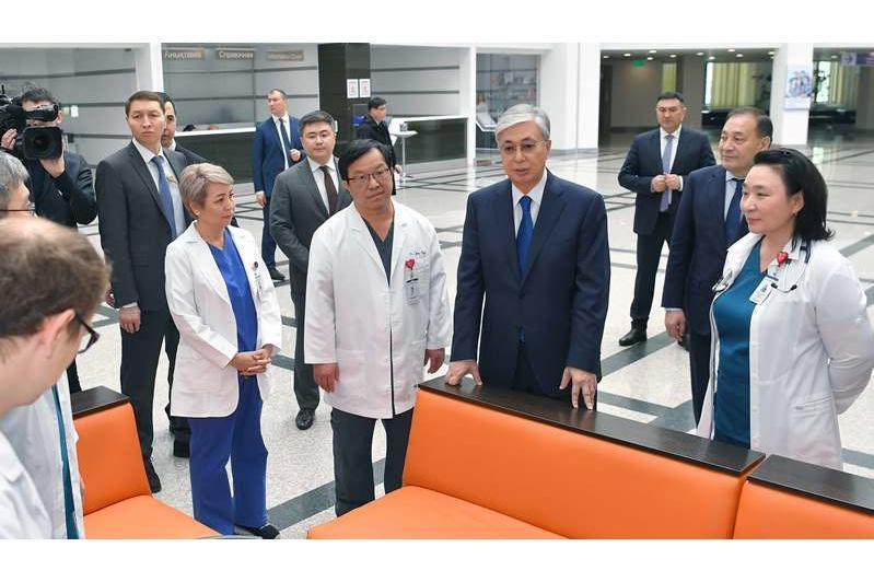 托卡耶夫总统对国家心脏外科研究中心进行工作视察