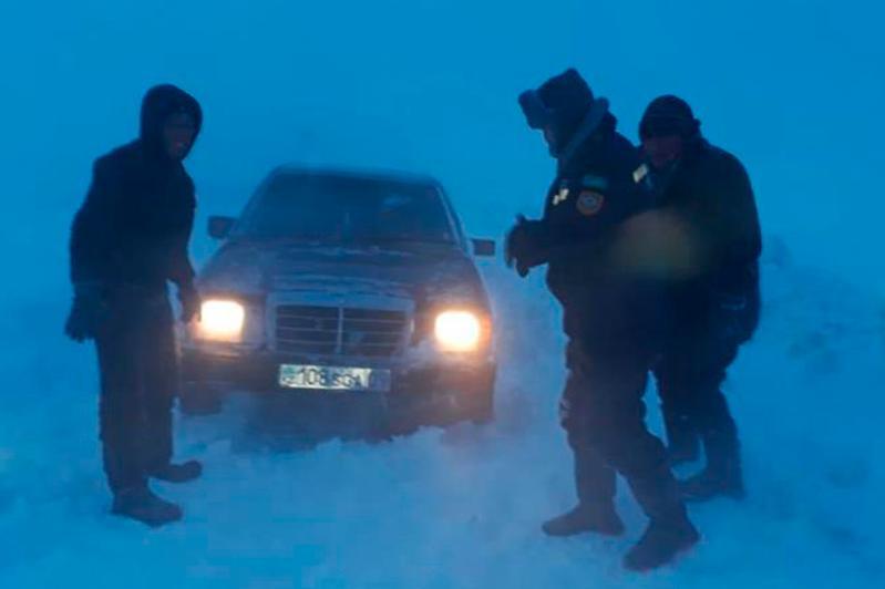 На шести дорогах Карагандинской области ведут расчистку от снежных заносов