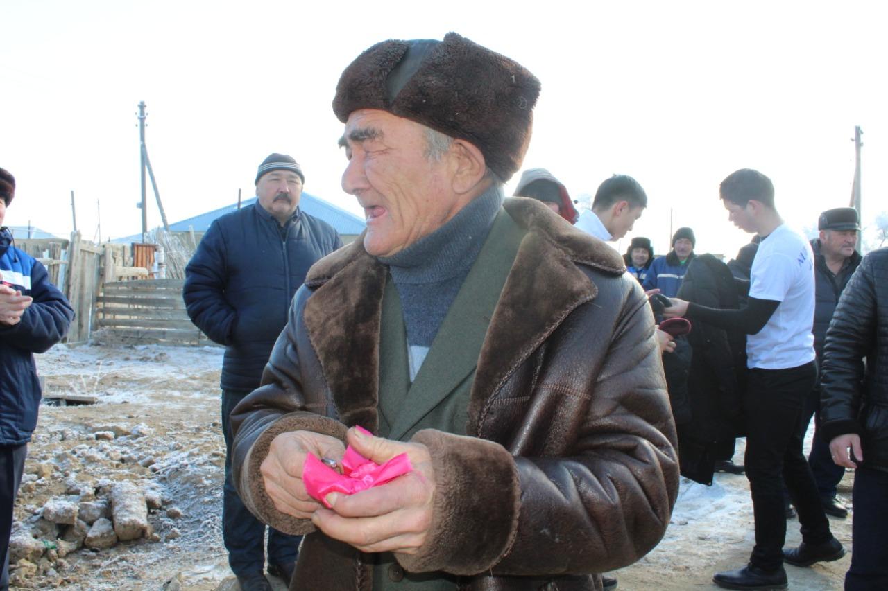Volonterlerden syılyqqa úı alǵan aqtóbelik qart kózine jas aldy