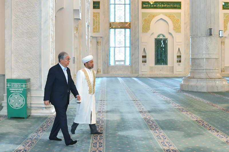 President visits Hazret Sultan Mosque