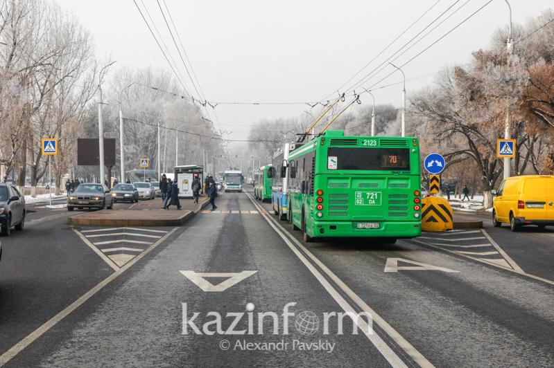 На каких улицах Алматы водители часто выезжают на спецполосы