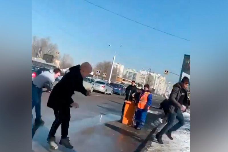 Almatyda taksı júrgizýshisi men jolaýshy jaǵa jyrtysty