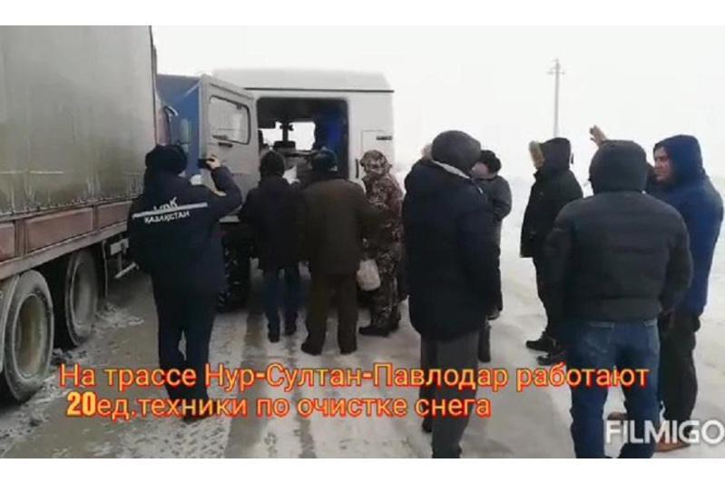 Около 100 человек застряли на трассе Нур-Султан - Павлодар, им доставили питание