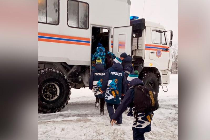 ШҚО құтқарушылары автобусы жолда қалып қойған хоккейшілерге көмектесті