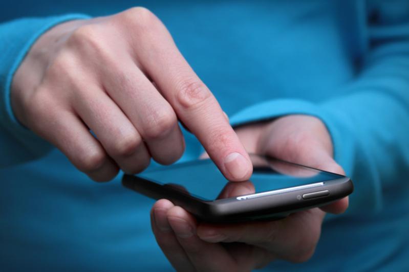 Dárigerler týberkýlezden emdelýshilerdi smartfon arqyly qadaǵalaıdy