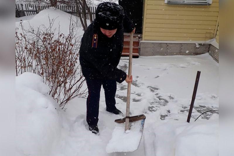 Пенсионерам помогли расчистить двор от снега полицейские в Шахтинске
