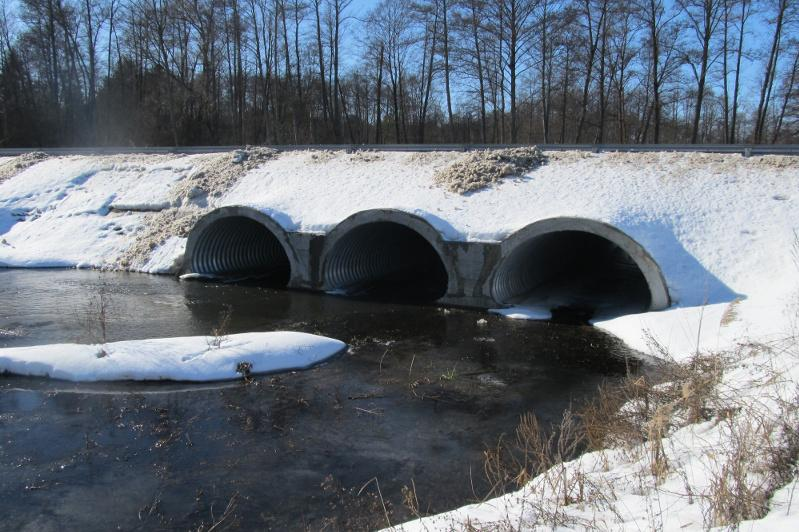 Водопропускные трубы чистят от снега на трассах в Павлодарской области