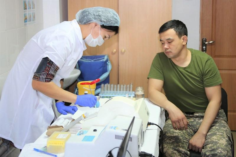 Атырауские военнослужащие сдали 50 литров крови