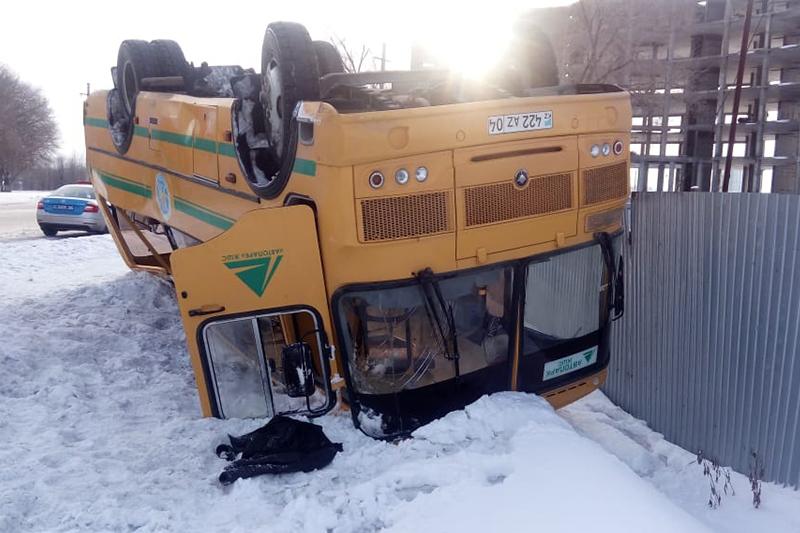 Ақтөбеде Тәжікстан азаматтары мінген автобус аударылып қалды
