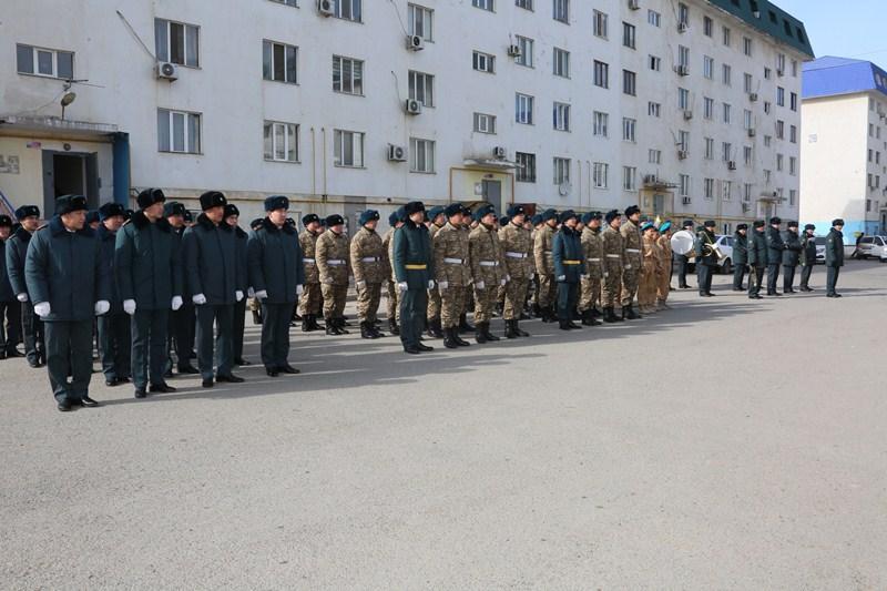 Военнослужащие провели парад в день рожденияветеранов ВОВ в Атырау
