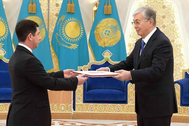 托卡耶夫总统接受多国新任大使国书