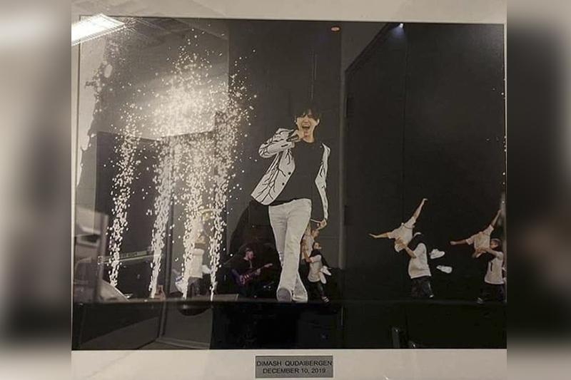 Бейонсе, Элтон Джон, Рианна, Димаш… В галерее звезд в «Barclays Arena» появилось фото казахстанского певца