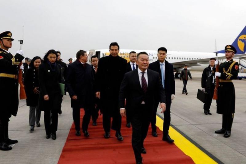 Президента Монголии изолировали на 14 дней по прибытии на родину из Китая