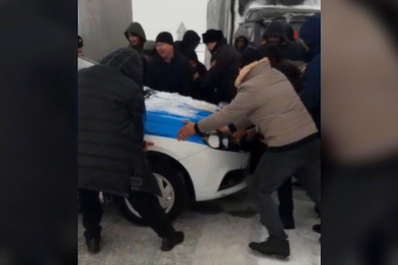 Карагандинский полицейский лег на землю, чтобы не пустить водителей на трассу