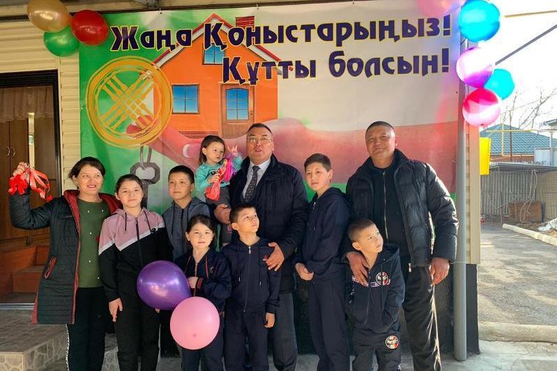 Семье, потерявшей дом из-за пожара, подарили новое жилье в Алматинской области