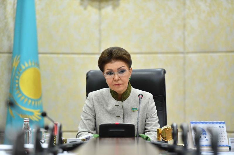 达丽哈•纳扎尔巴耶娃指出轻工业的重要社会意义