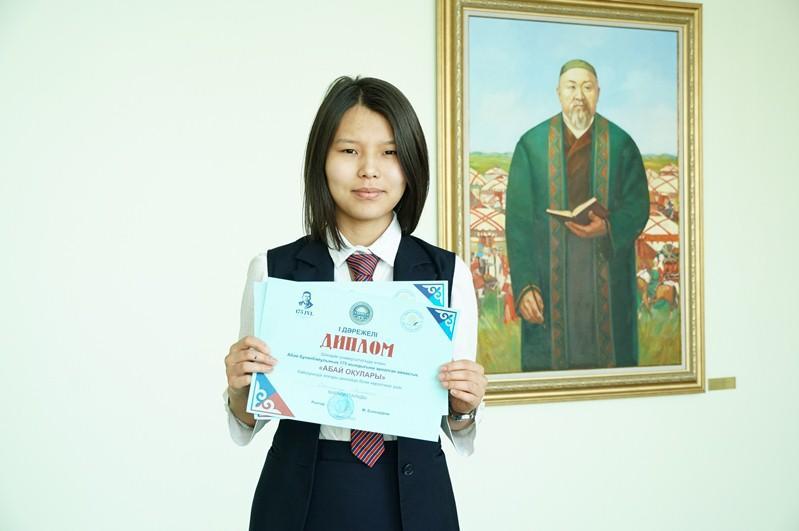 105стихотворений Абая наизусть знает школьница из Семея