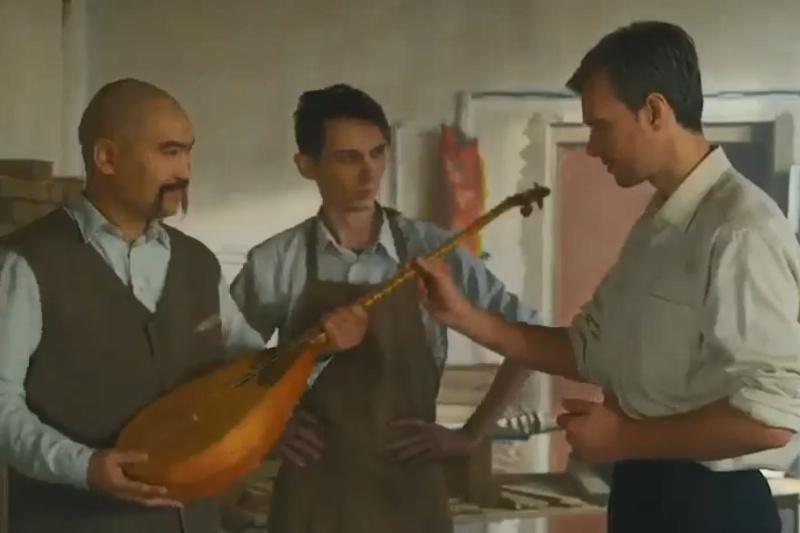 Дәурен Абаев домбыраны қайта түлеткен ағайынды Романенколар жайлы видео жариялады