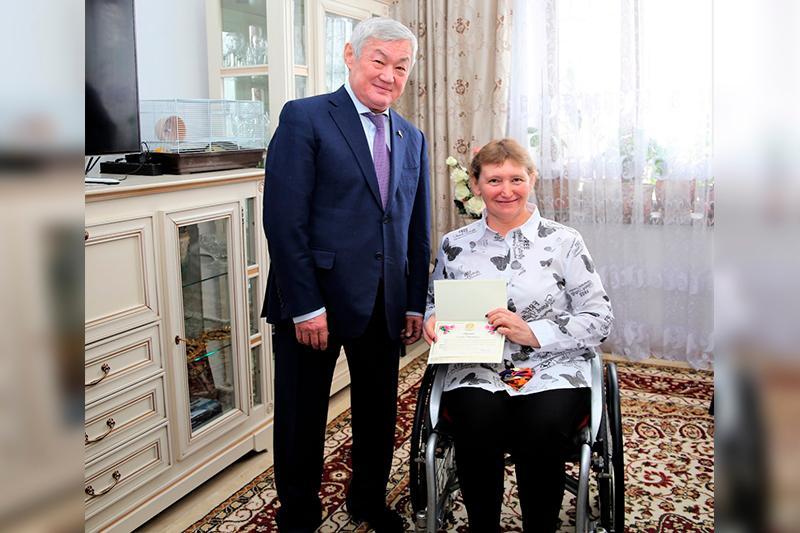 Бердібек Сапарбаев Зульфия Ғабидуллинаны мерекемен құттықтады