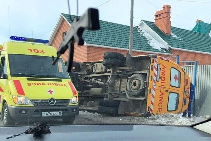 Машина скорой помощи перевернулась в Петропавловске
