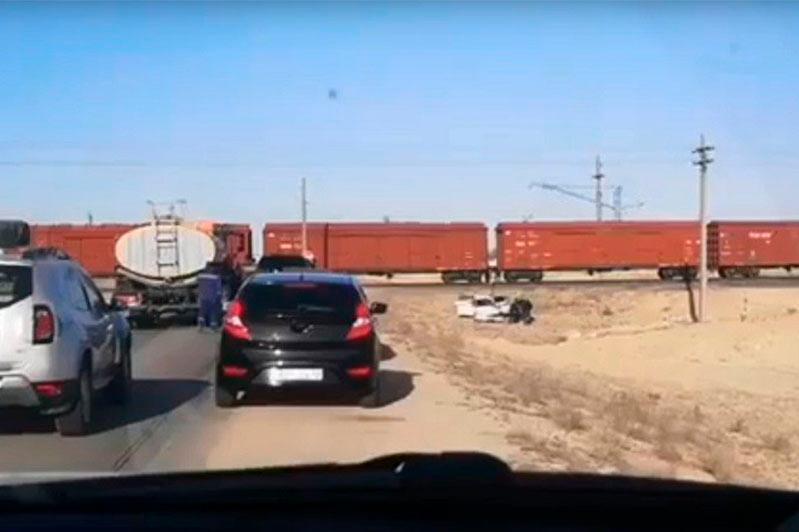 Автомобиль столкнулся с поездом в Мангистауской области