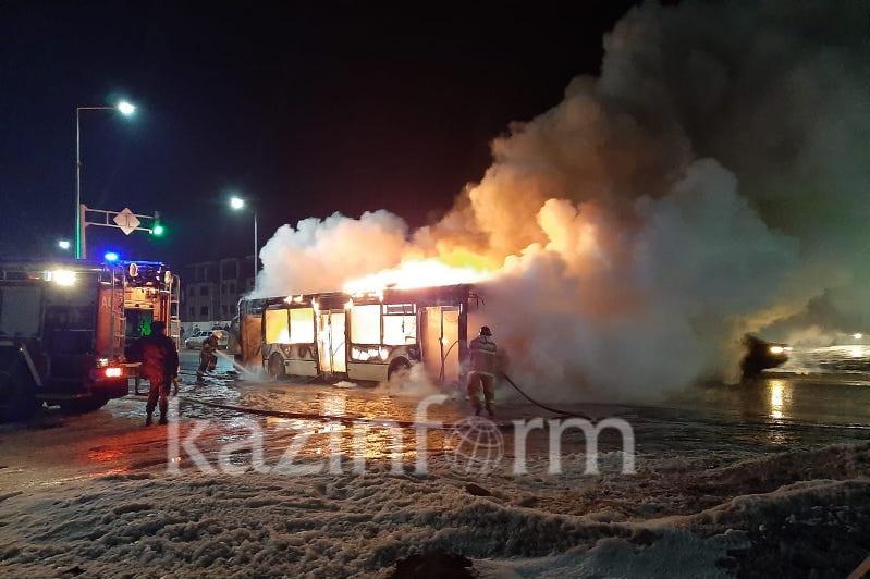 Қосшы ауылында жолаушылар автобусы өртеніп жатыр