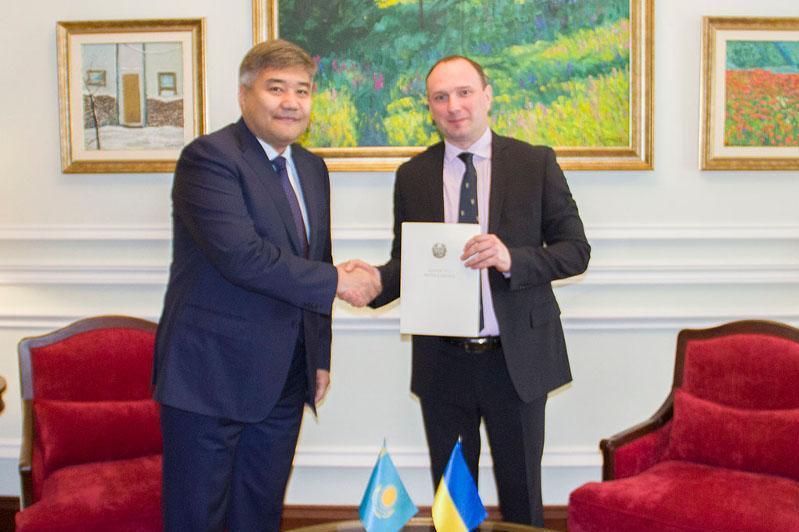 Посол Казахстана в Украине Дархан Калетаев вручил копии верительных грамот
