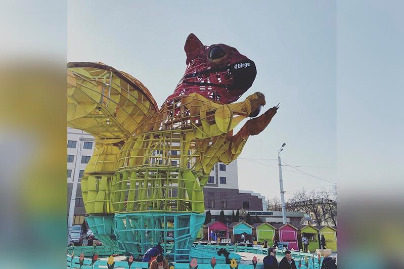 В Алматы начали демонтировать знаменитую белку