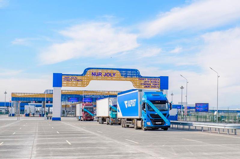 哈萨克斯坦暂停部分国际汽车客货运输