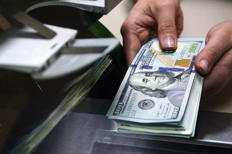 По итогам торгов на KASE средневзвешенный курс тенге составил 448,50