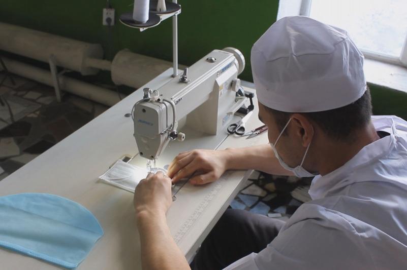 В казахстанских колониях шьют защитные маски