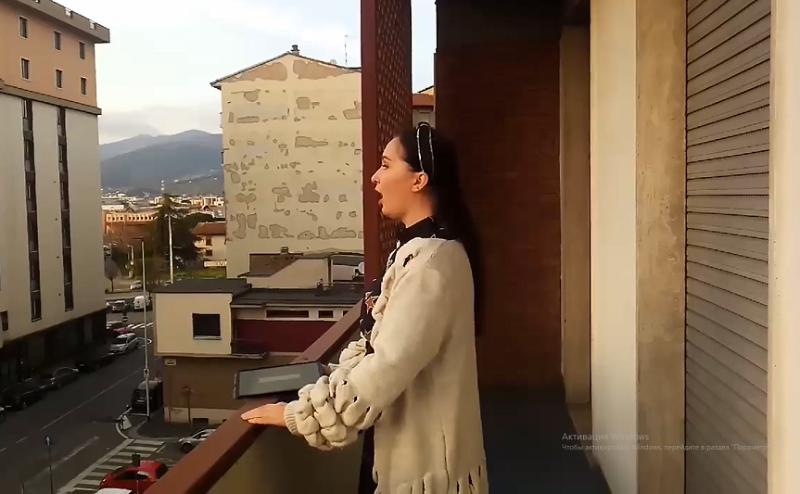 Қазақстанның опера әншісі балконнан ән шырқап, италиялықтарды тәнті етті