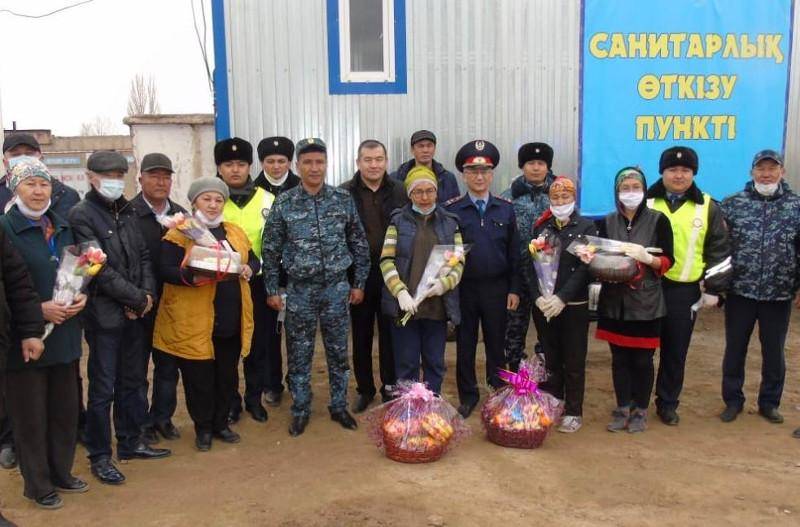 Жамбылские полицейские поблагодарили врачей на блокпостах