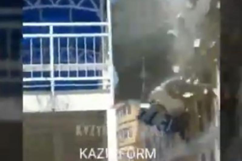 Сильный ветер сорвал кровлю университета в Кызылорде