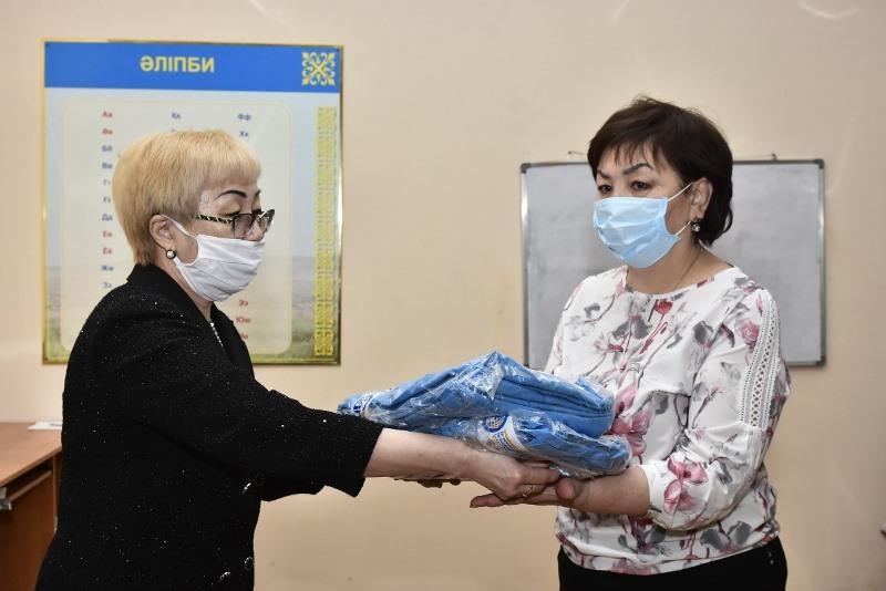 Челлендж добра: в Актобе бесплатно розданы медицинские маски, шапки, халаты
