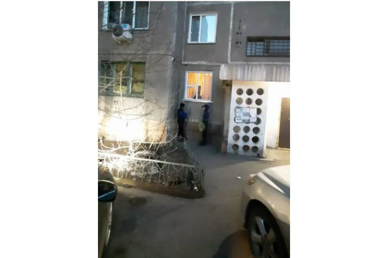 Насвай детям через окно квартиры продавала пенсионерка в Павлодаре