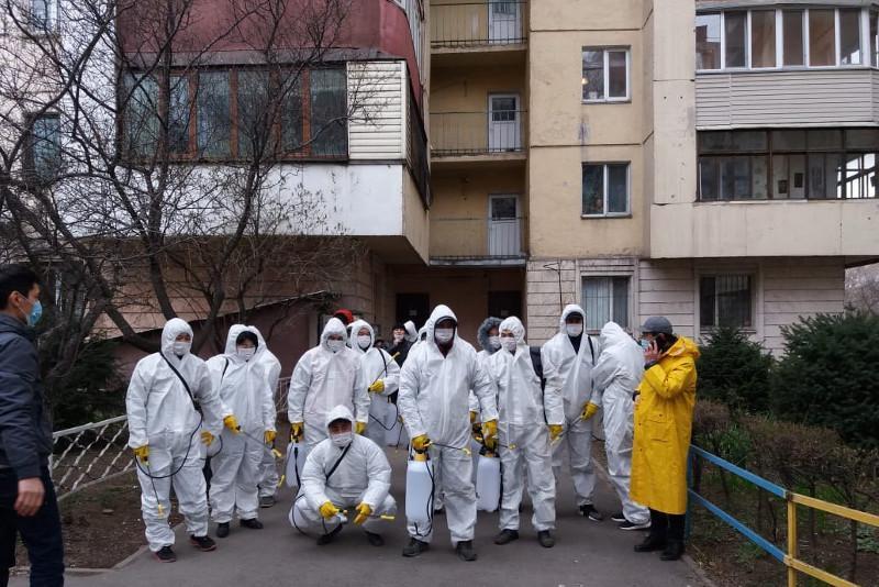 Алматинцев призвали не выходить из квартир пять часов после обработки подъездов