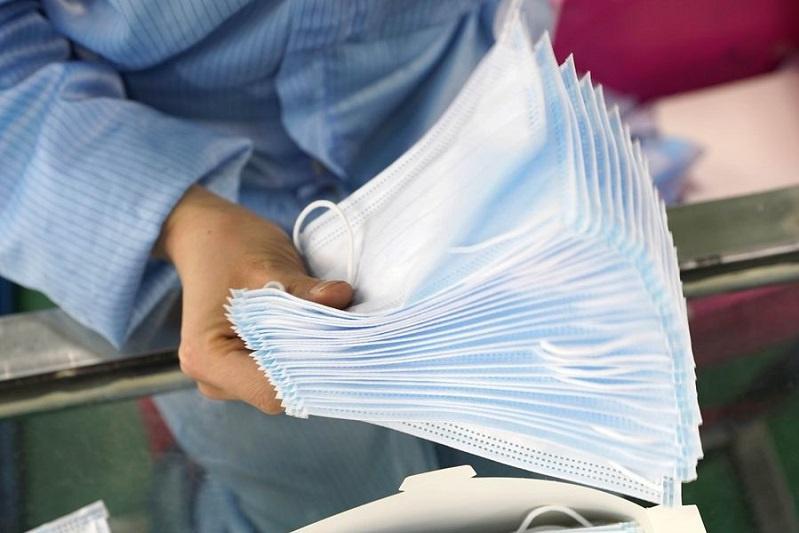 Біз біргеміз: Ақмолалық кәсіпкер әйел 3 мың масканы көпбалалы отбасыларға тегін үлестірді