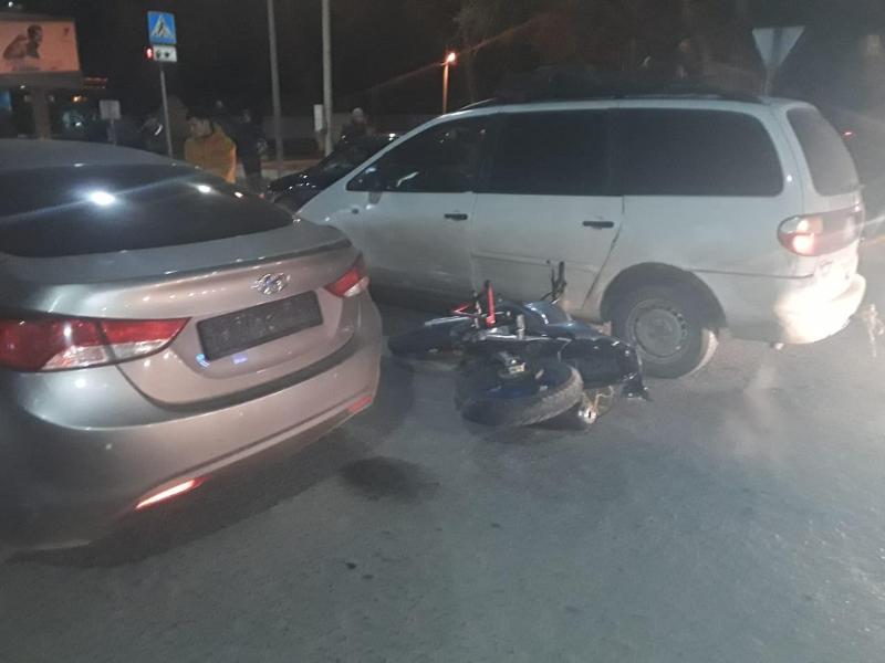 Оралда үш автокөлік пен мотоцикл соқтығысты