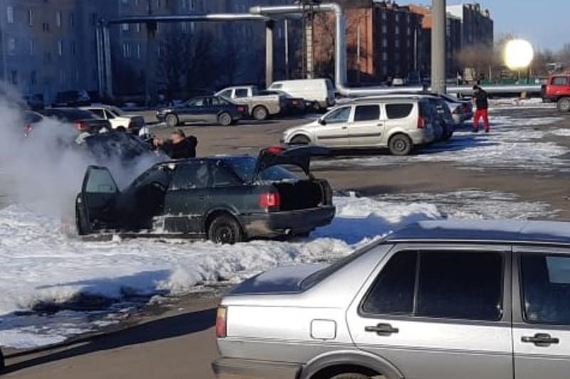 Машина загорелась на парковке в Петропавловске
