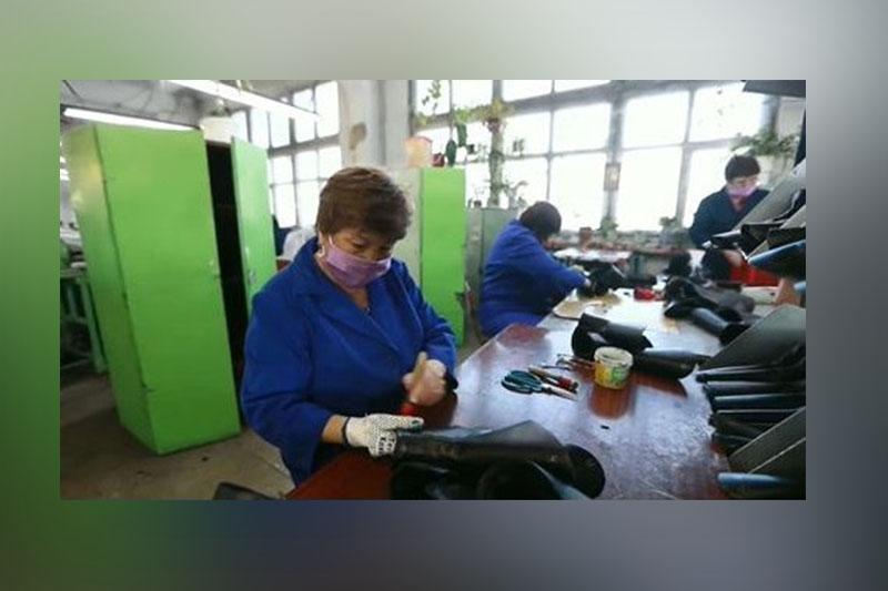 Разработать обувь нового образца поручил фабрике в Семее аким ВКО