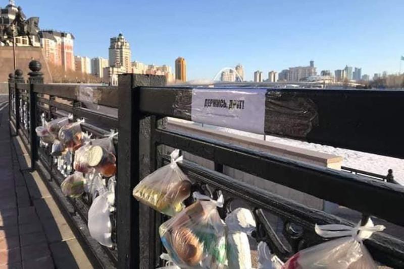 Пакеты с продуктами для нуждающихся оставляют жители Нур-Султана на набережной