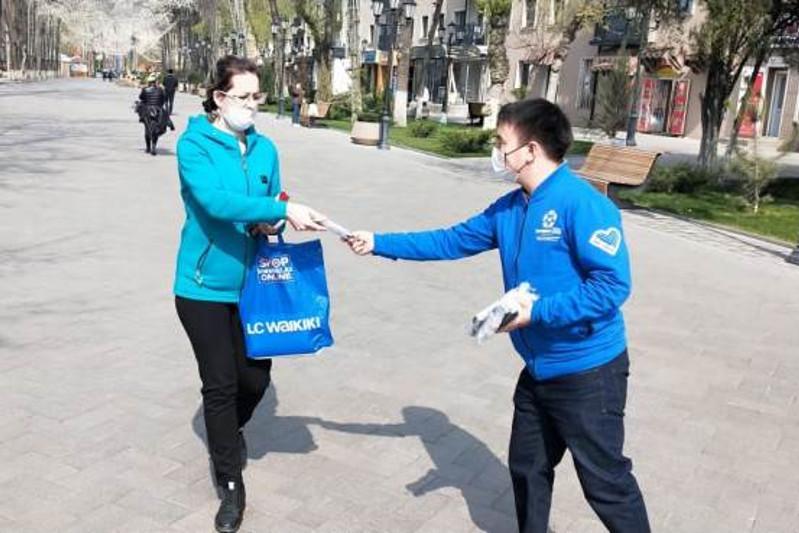 20 тысяч масок раздали волонтеры жителям Шымкента
