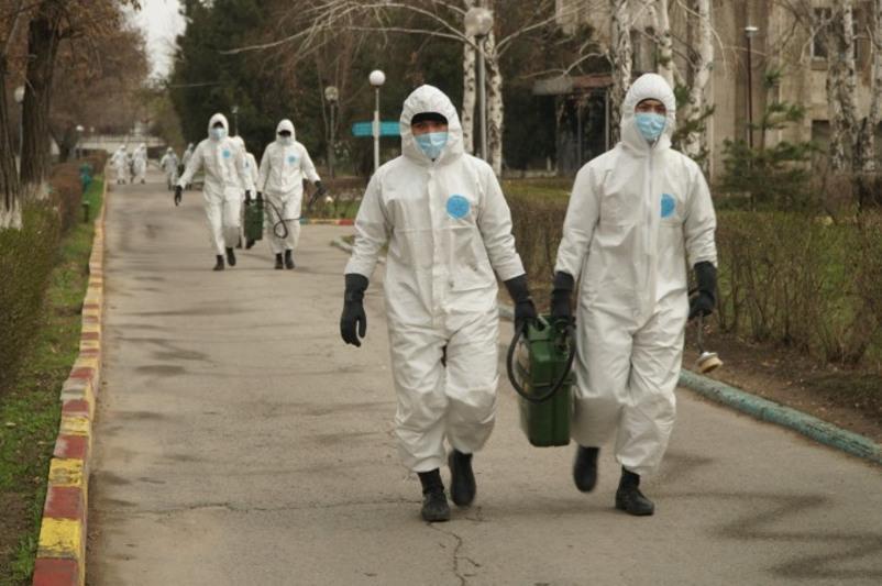 武装力量官兵参与阿拉木图市街区消毒工作