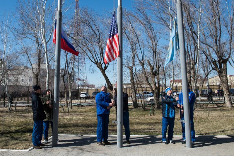 Флаги Казахстана, России и США подняты на Байконуре в честь предстоящего старта «Союза МС-16»