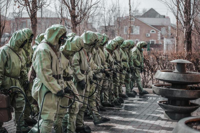 В Атырау военные дезинфицируют парки и детские площадки