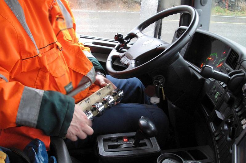 Водитель мусоровоза пытался провезти через блокпост пассажира в Алматы
