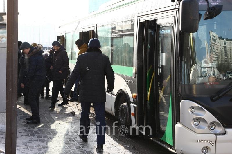 Астанчанам запретили входить в автобус через переднюю дверь