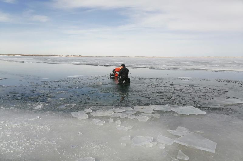 Автомобиль провалился под лед в Карагандинской области: двое мужчин погибли
